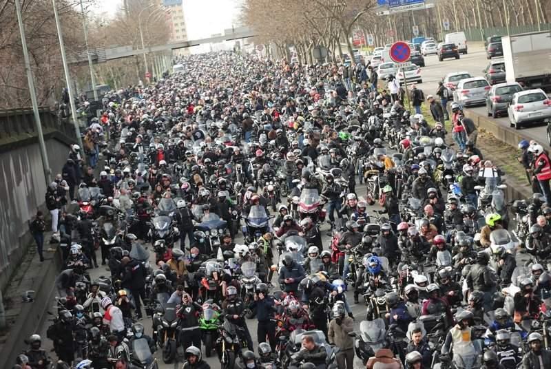 10.000 MOTORISTAS SALIERON A LA CALLE PARA RECLAMAR CONTRA GOBIERNO FRANCÉS